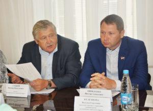 Виктор Глебов и Виктор Кириленко на заседании постоянной комиссии Думы Артемовского городского округа по вопросам социальной политики и делам молодежи