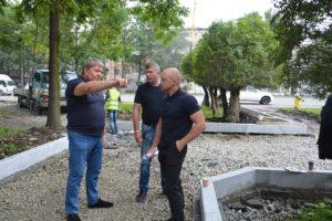 Председатель Думы Анатолий Бадель проконтролировал ход ремонтных  работ на придворцовой площади.