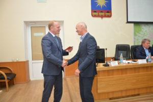 Глава города вручил депутату Олегу Ледовских почетный знак