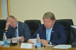 Анатолий Бадель и Александр Авдеев на изучают параметры бюджета