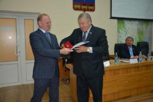 Памятный знак «80 лет со дня образования Приморского края» получил депутат Виктор Глебов