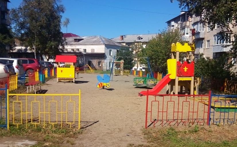 Детскую площадку по ул. Ватутина 6/1 отремонтировали и покрасили.