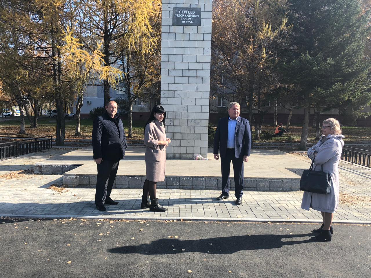 Спикер местного парламента Анатолий Бадель проинспектировал ход ремонтных работ и благоустройство территории вокруг памятника Фёдору Сергееву (Артему).