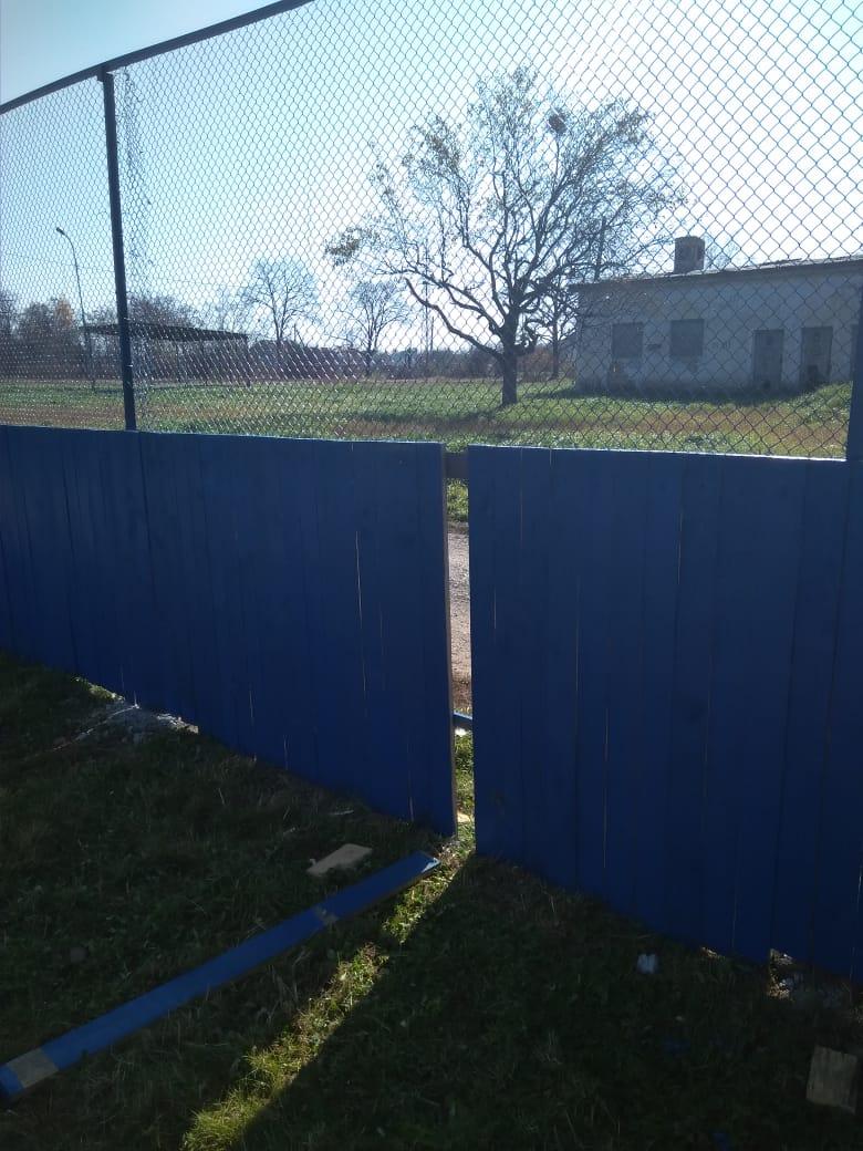 Депутаты Думы просят жителей села Кневичи не разрушать спортивную коробку, которую своими силами восстанавливают народные избранники.