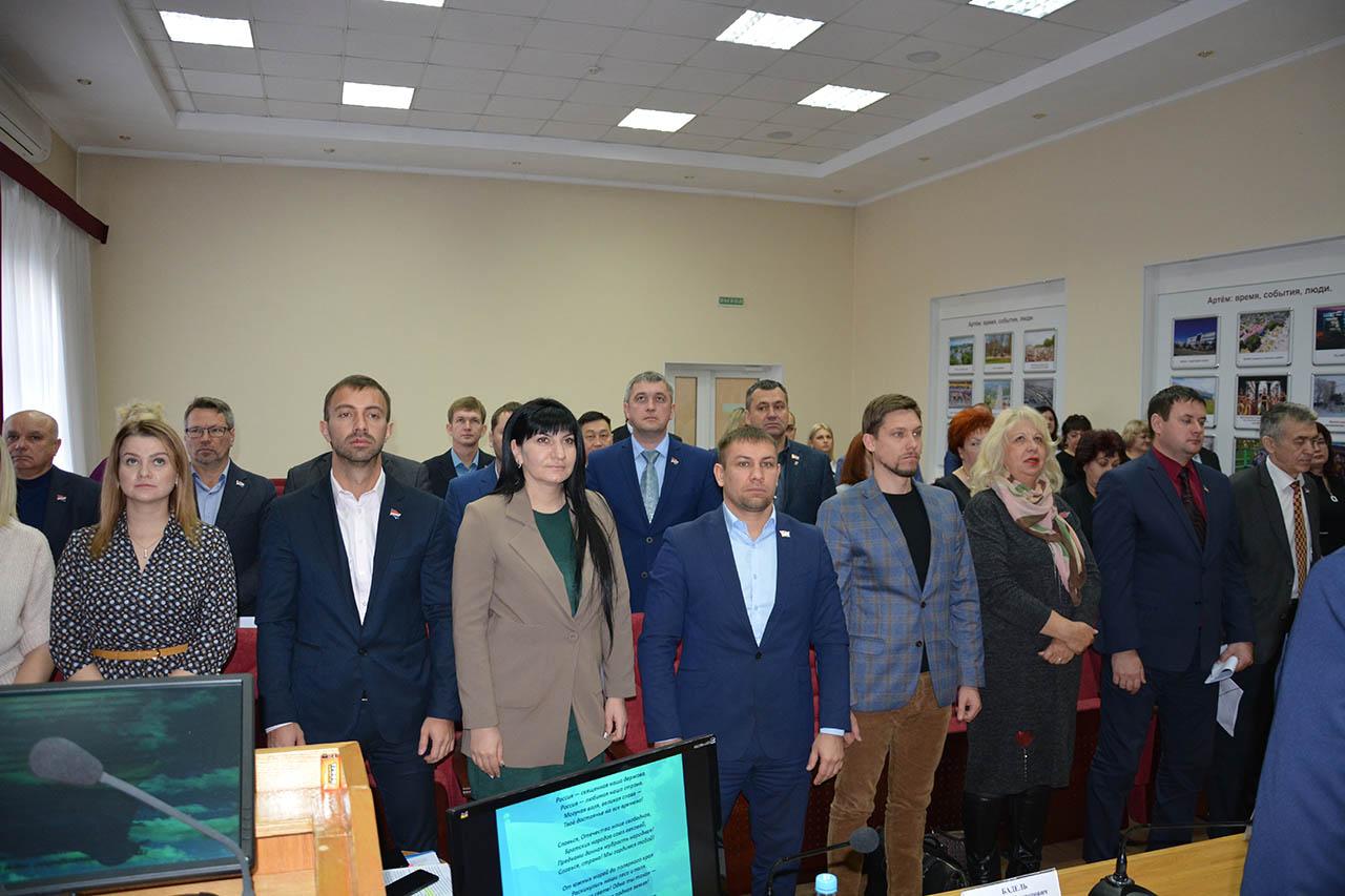 Гимном России открывается каждое заседание Думы г. Артема