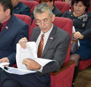 Депутат Анатолий Пусяк изучает муниципальную программу