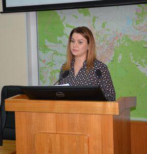 Екатерина Остапович, главный специалист юридического отдела аппарата Думы докладывает о внесении изменений в Устав города