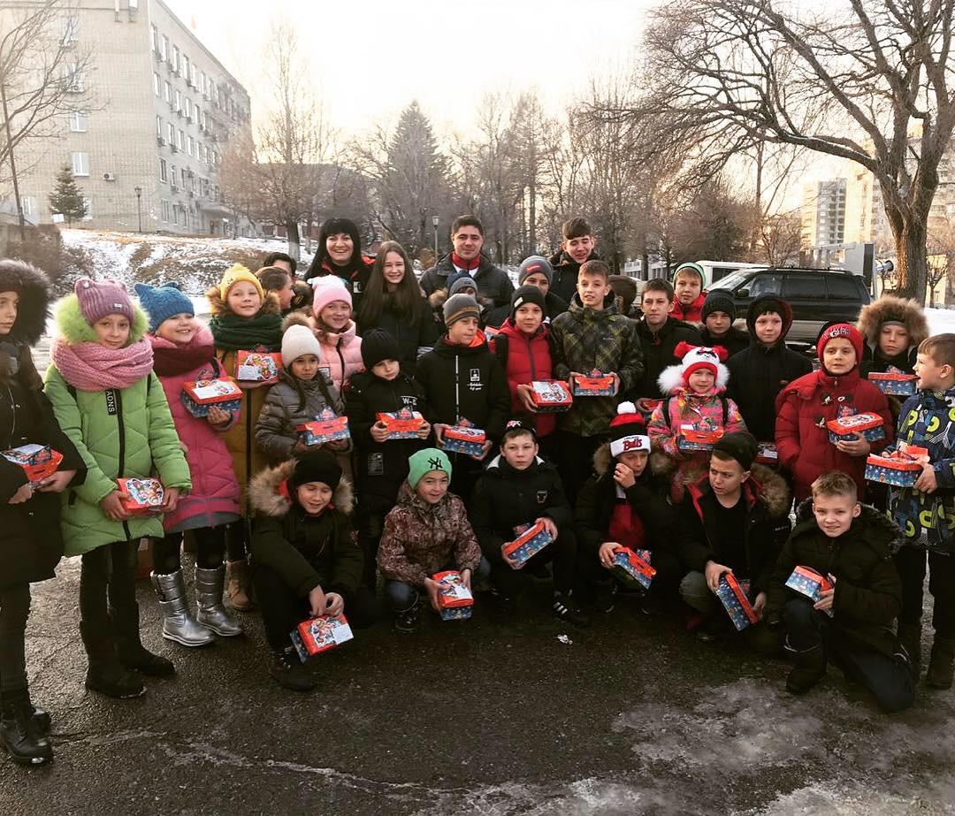 Депутаты подарили детям сказку.