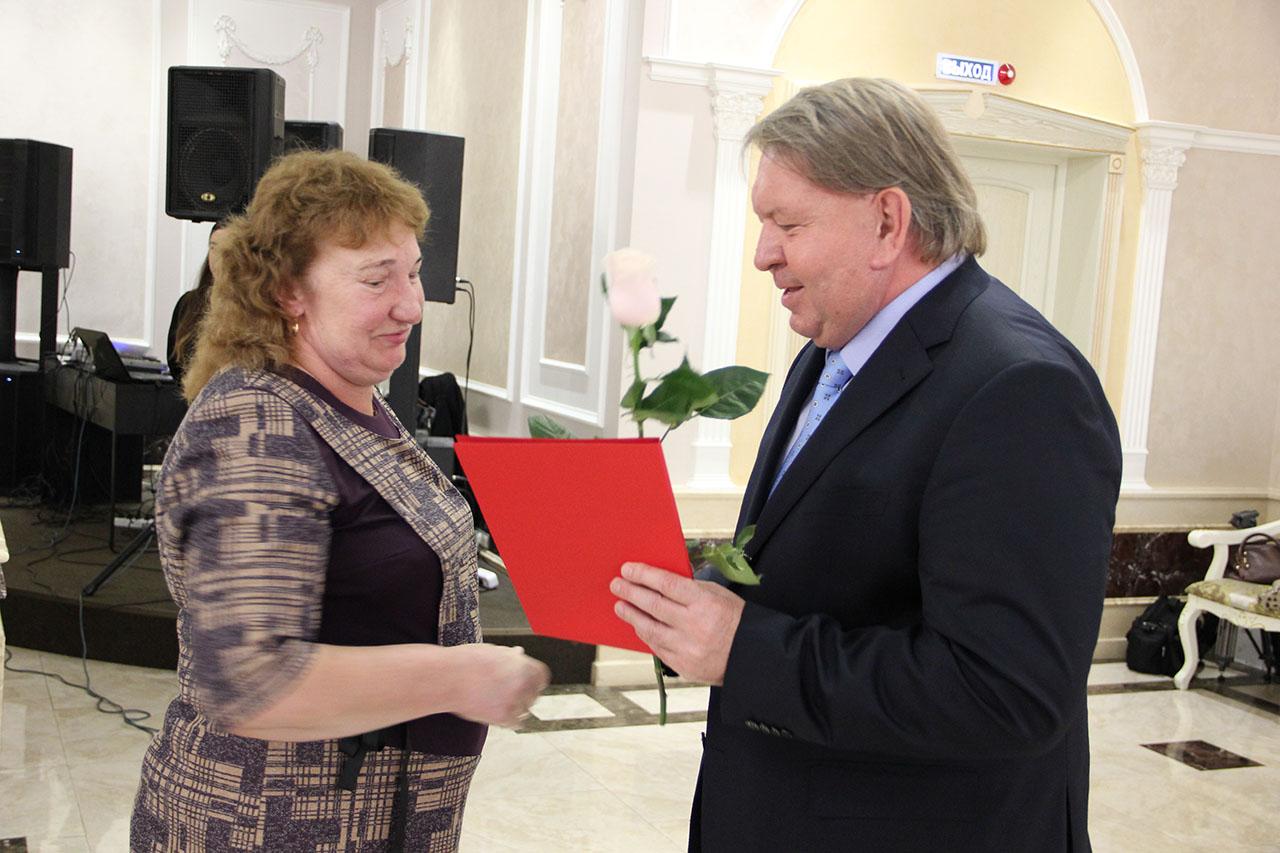 С Днем работника сельского хозяйства поздравил спикер местного парламента Анатолий Бадель и депутат Юрий Рыбак.