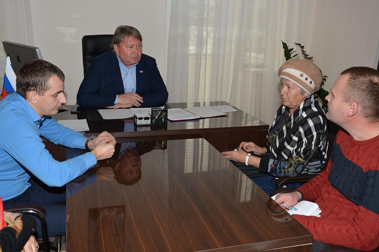 Инициативная группа граждан, представляющие жителей по ул.Харьковская, 6 и 8 пришли на приём к председателю Думы