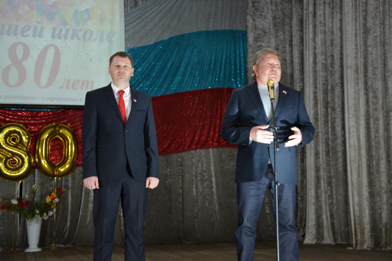 Спикер местного парламента Анатолий Бадель и депутат от территории Виктор Кириленко посетили торжественное мероприятие, посвященное 80-летию 20 школы Артемовского городского округа.