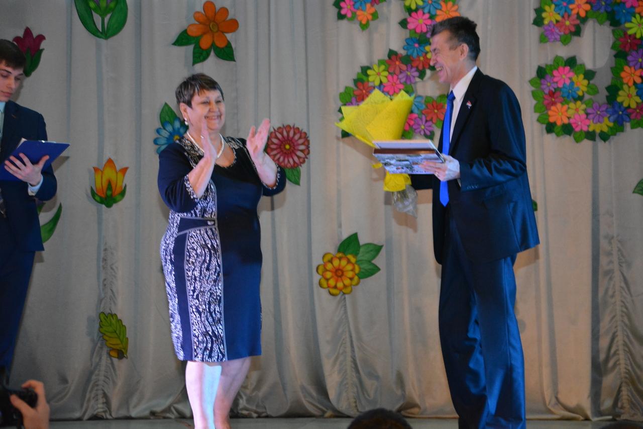 Валерий Пусяк вручил награды от Думы округа в честь 25-летия дома культуры  «Любава» села Суражевка.