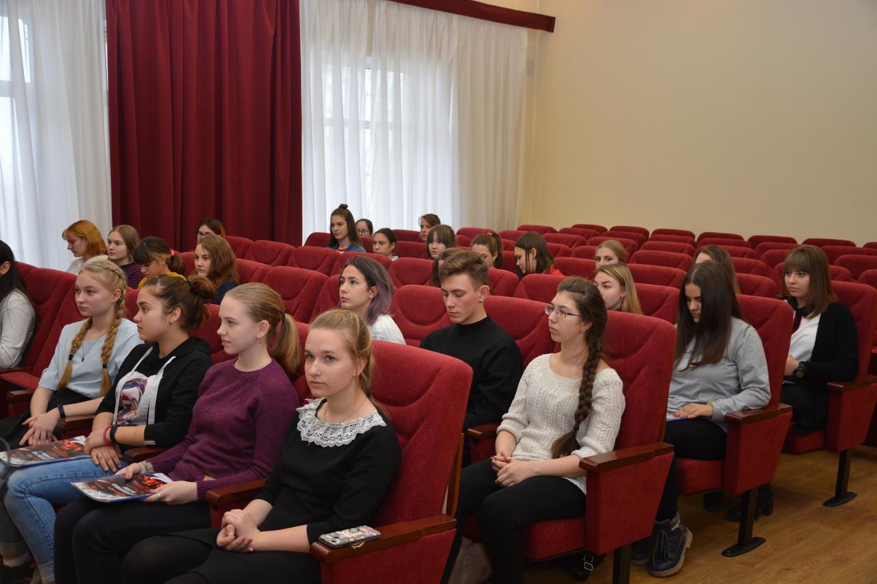 Вручение активным членам молодежного парламента благодарности.