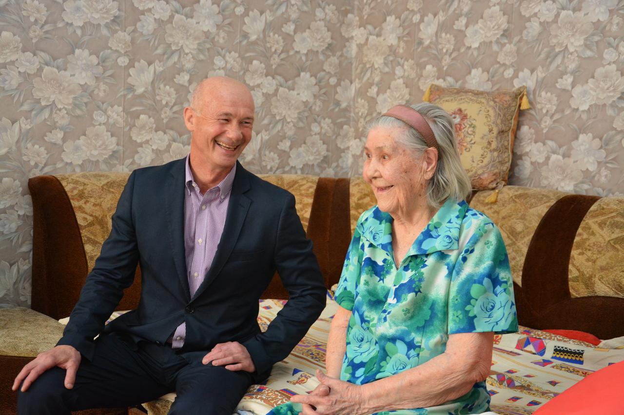 Депутат Думы Артемовского городского округа Олег Ледовских поздравил жительницу своего избирательного округа Маслову Евдокию Дмитриевну с 90-летним юбилеем.