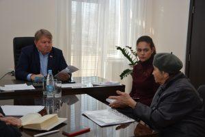 Спикер местного парламента Анатолий Бадель  ведет прием граждан.