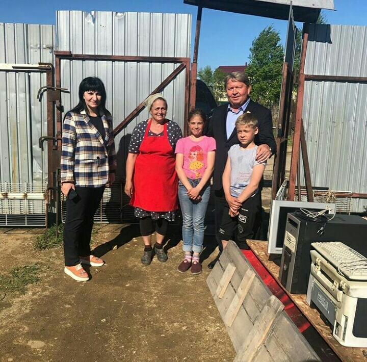 Спикер местного парламента Анатолий Бадель привез компьютер детям из многодетной семьи погорельцев.