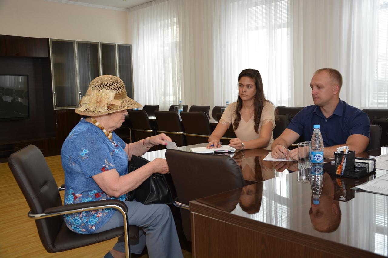 Советник и помощник председателя Думы Артемовского городского округа на приеме граждан по личным вопросам.