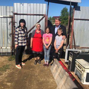 Спикер местного парламента Анатолий Бадель проведал многодетную семью погорельцев.
