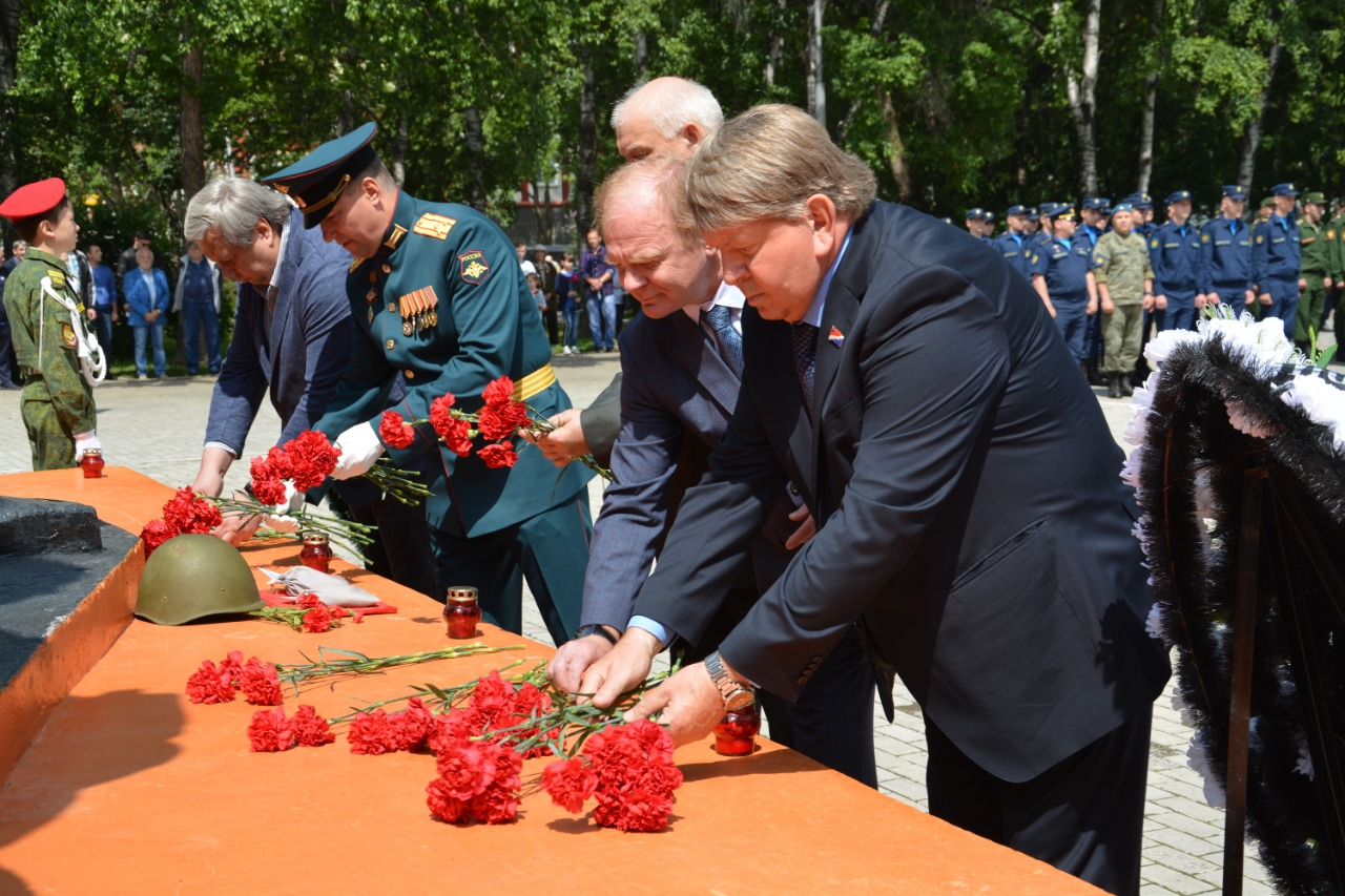 Возложение цветов к памятнику- мемориалу артемовцев, погибших в годы Великой Отечественной войны.