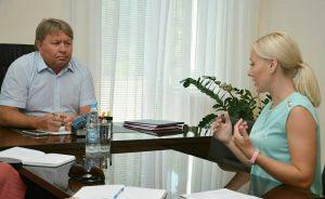 Спикер местного парламента Анатолий Бадель проводит прием граждан по личным вопросам.