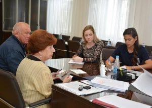 Специалисты аппарата Думы Артемовского городского округа  Елена Шарохина и Наталья Абышева на приеме граждан по личным вопросам.