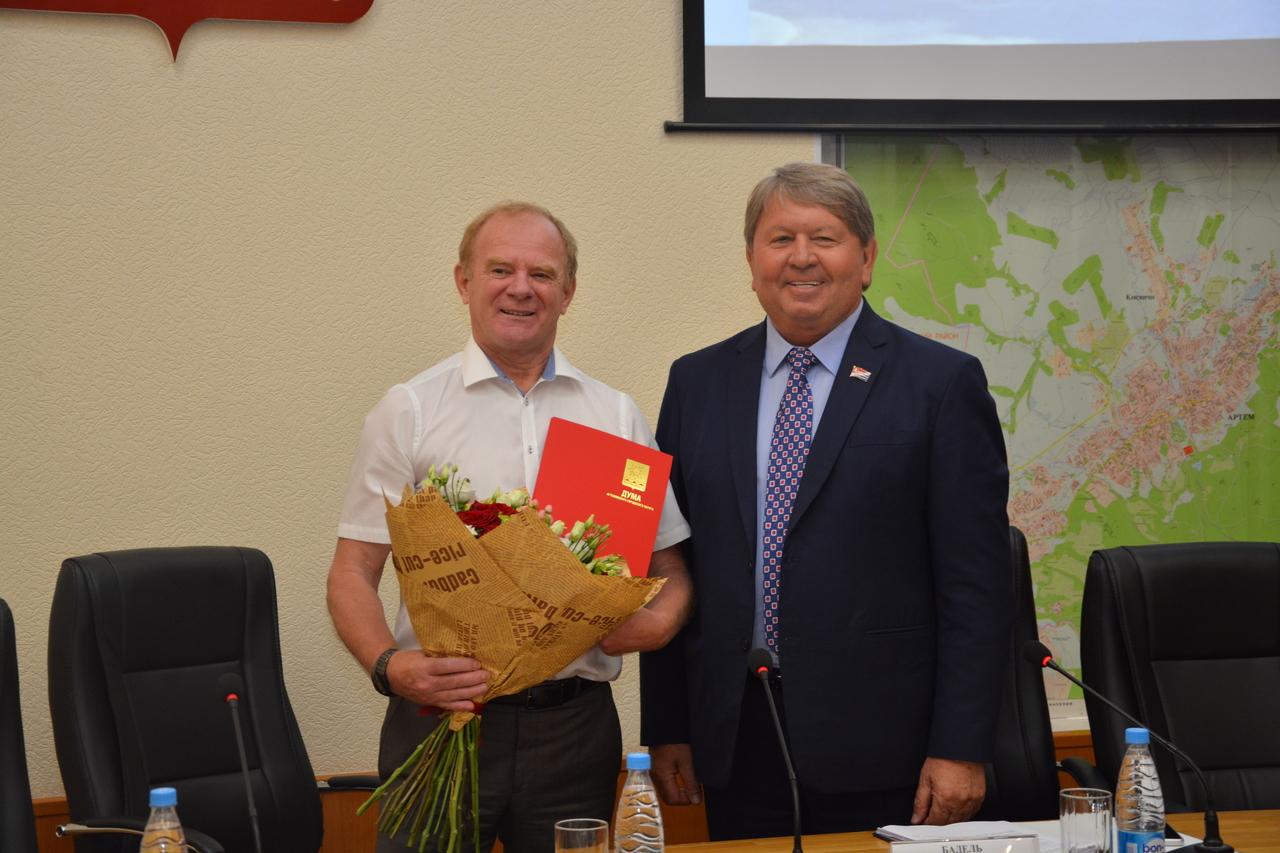 Председатель Думы Артемовского городского округа Анатолий Бадель поздравляет с юбилеем главу Артемовского городского округа Александра Авдеева