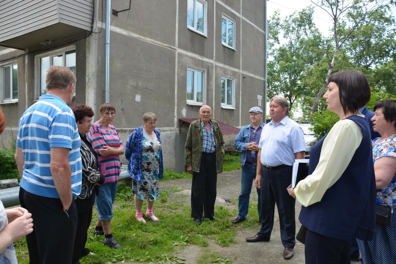 Спикер местного парламента Анатолий Бадель на встрече с жителями в ТО «Шахта Амурская»