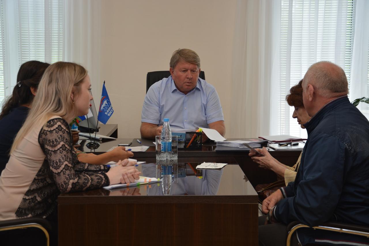 Спикер местного парламента Анатолий Бадель  проводит прием граждан по личным вопросам