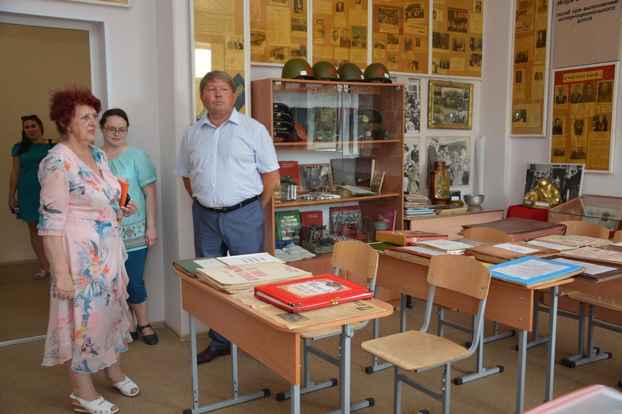 В рамках рабочей поездки председатель Думы Артёмовского городского округа Анатолий Бадель посетил школу 11 и 1.