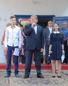Председатель Думы Артемовского городского округа Анатолий Бадель на торжественном мероприятии, посвящённом Дню знаний в МБОУ СОШ № 11 поздравляет учащихся и учителей.