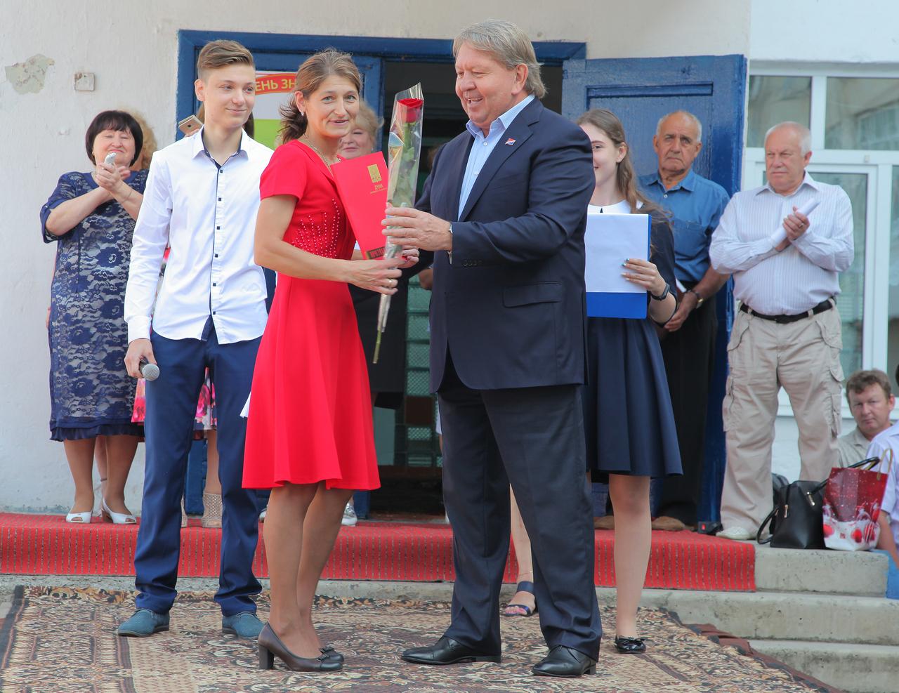 В Артёмовском городском округе прошли торжественные мероприятия, посвящённые Дню знаний.