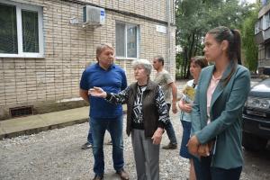 Спикер местного парламента Анатолий Бадель на рабочей встрече с жителями по ул. Фрунзе 44