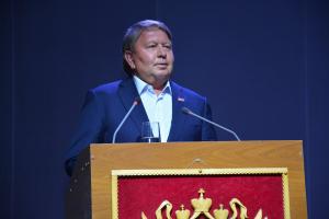 Председатель Думы Артемовского городского округа Анатолий Бадель на торжественном собрании поздравляет жителей с Днём города и Днём шахтера.