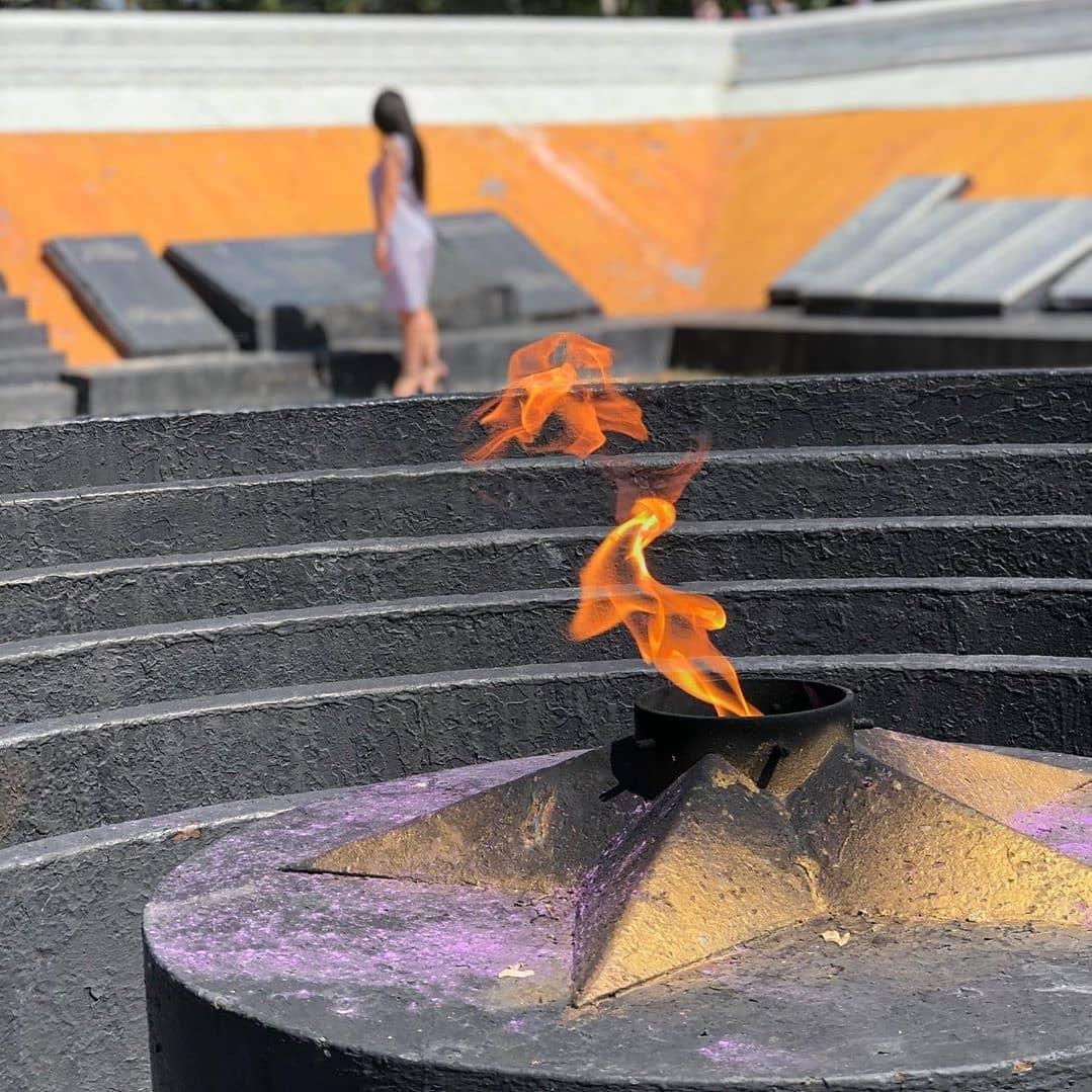 Возложение цветов к памятнику — мемориалу артемовцам, погибшим в годы Великой Отечественной войны.