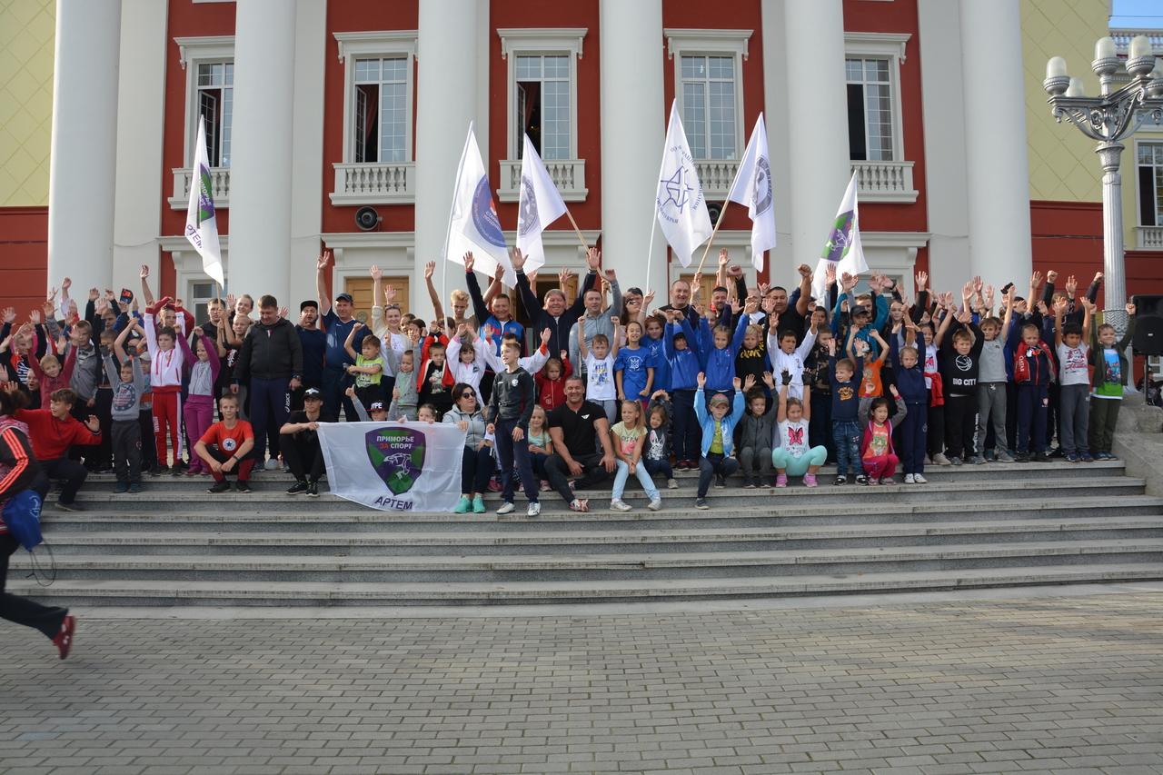 Зарядке чемпионов, прошла на придворцовой площади Дома культуры Угольщик.