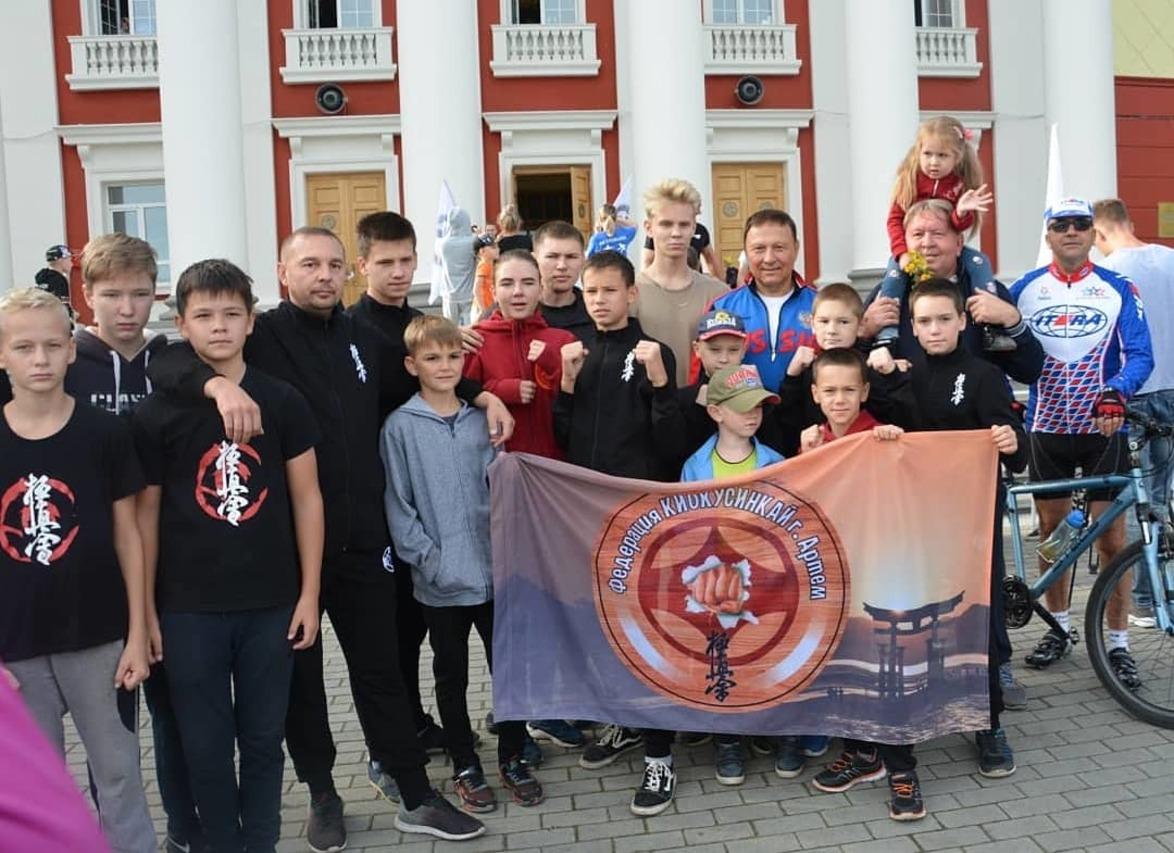 Жители Артема начали свой день с «Зарядки чемпионов», которая прошла на придворцовой площади Дома культуры «Угольщик».