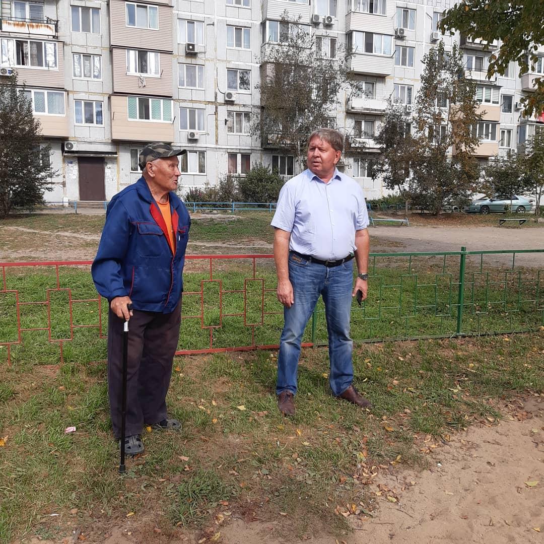 Спикер местного парламента Анатолий Бадель осмотрел состояние муниципальных детских площадок.