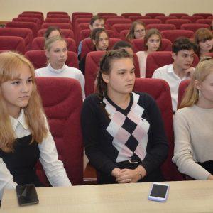 Организационное заседание началось с приятного, свои личные волонтерские книжки получили члены молодежного парламента.
