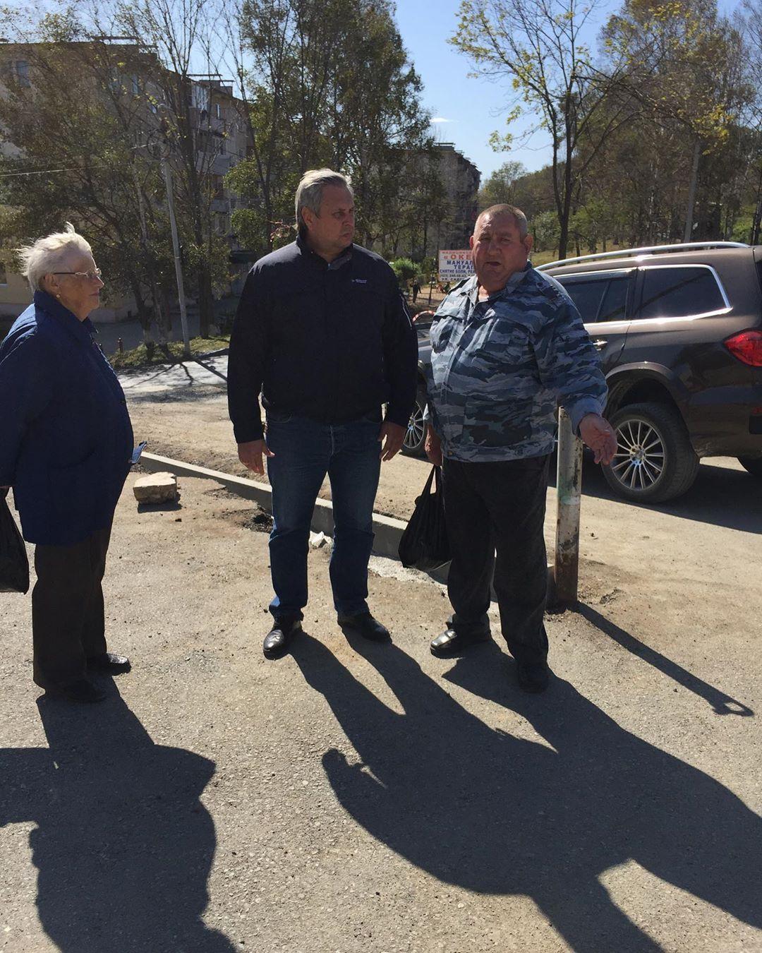 Депутат Думы Артемовского городского округа Алексей Жернаков на рабочем выезде по благоустройству придомовых территорий.