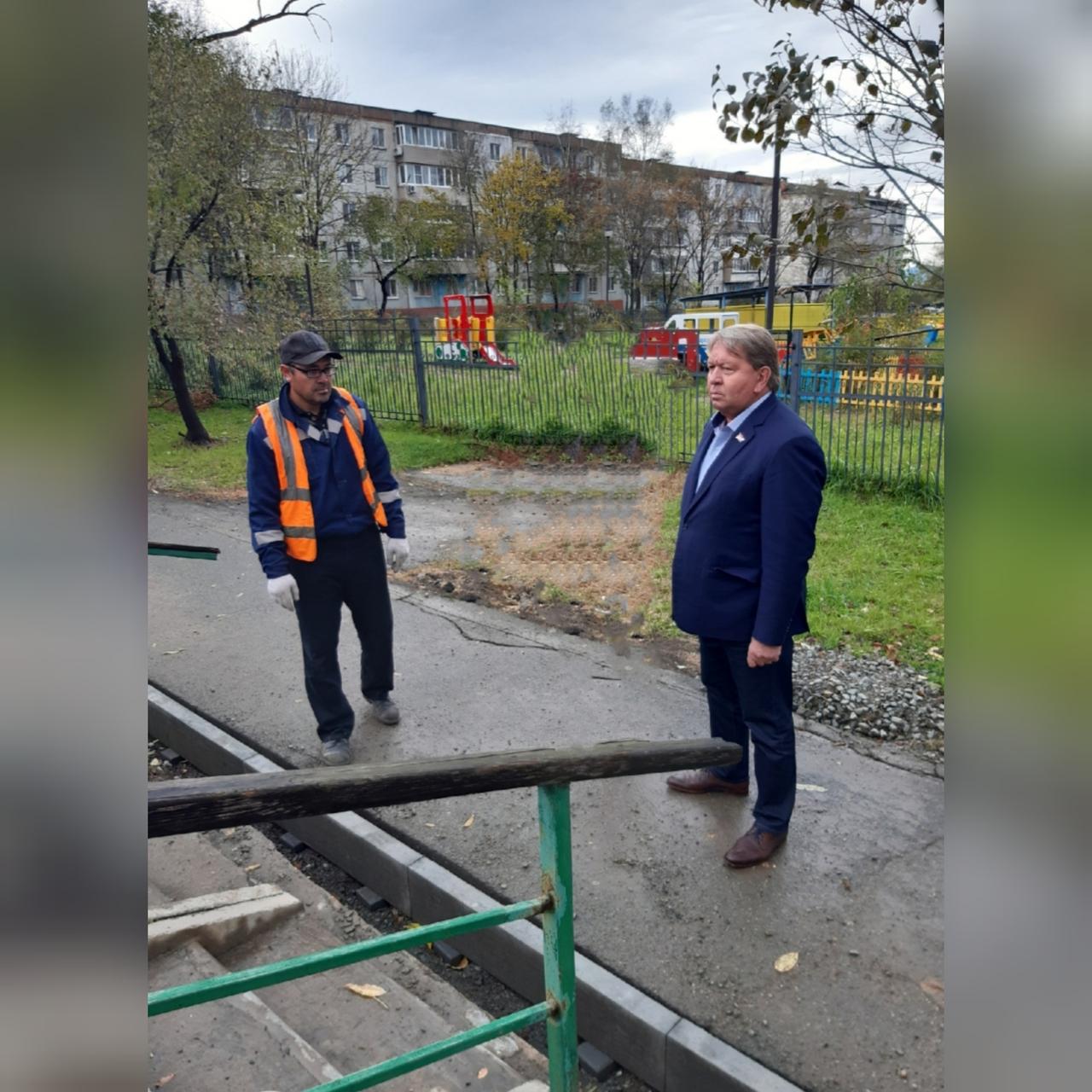 Председатель Думы Артемовского городского округа Анатолий Бадель на территории города по вопросу ремонтных работ.