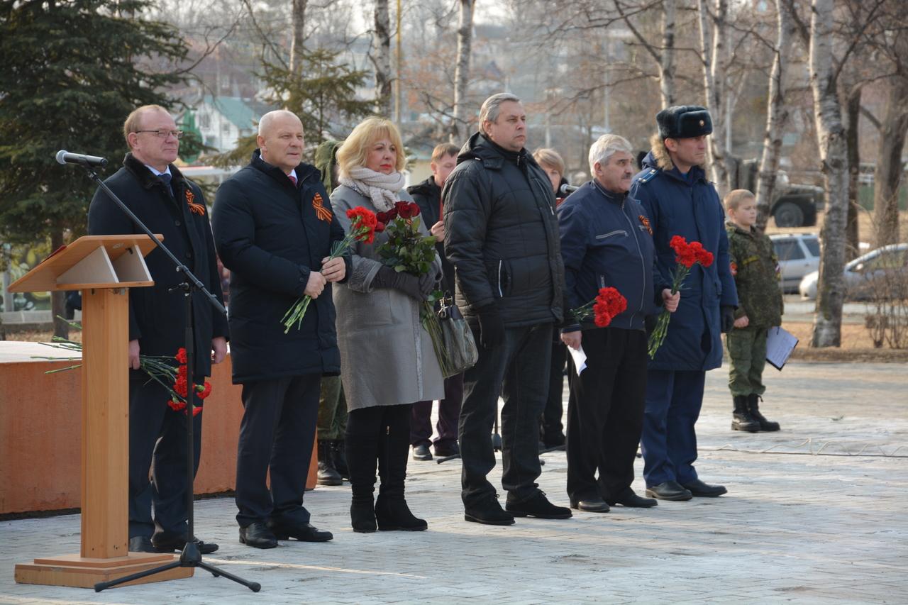 Церемония открытия пантеона с именными плитами и Вечным огнем.