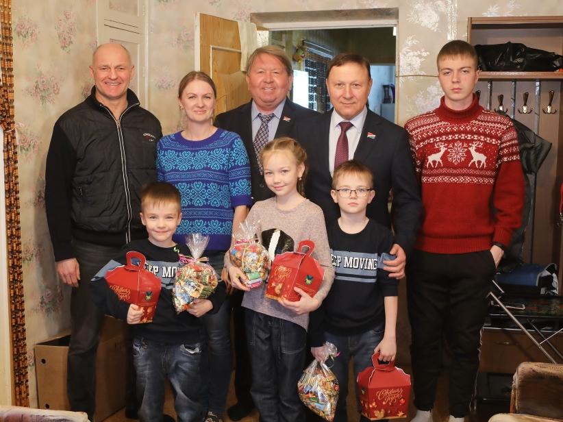 «Единая Россия» по традиции поздравляют детей из семей, попавших сложную жизненную ситуацию.