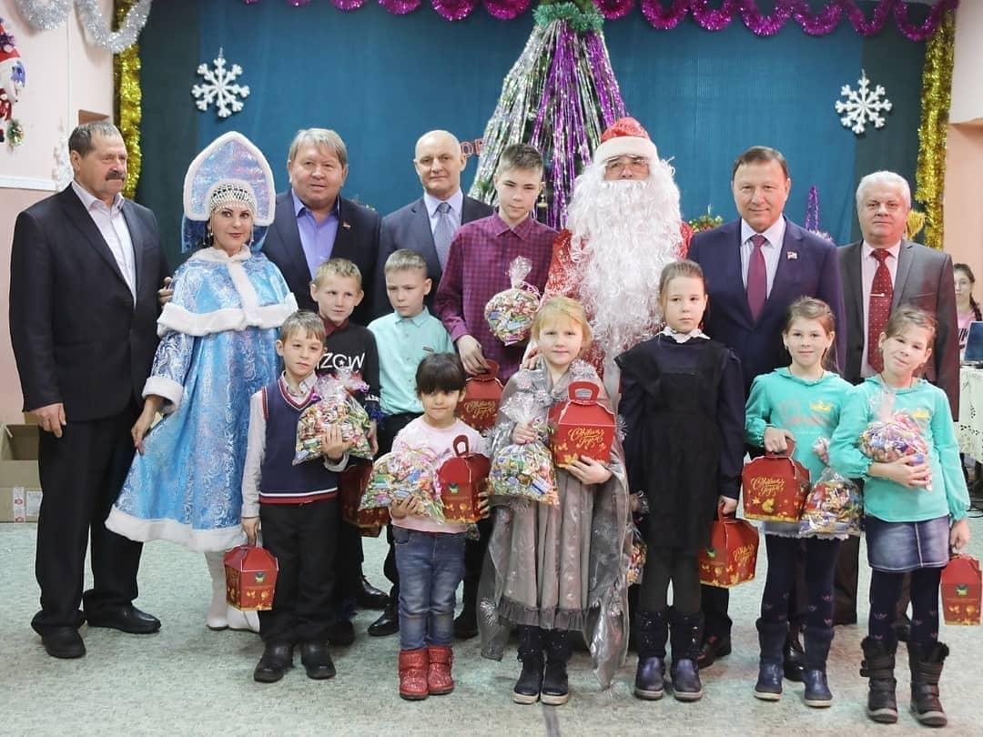 Посетили территориальное управление с.Кневичи и поздравили детей.
