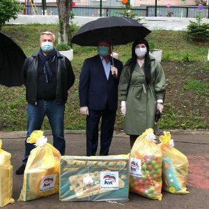 Ни пандемия, ни проливной дождь не помешали поздравить с Днем защиты детей воспитанников Артемовского социально-реабилитационный центра.