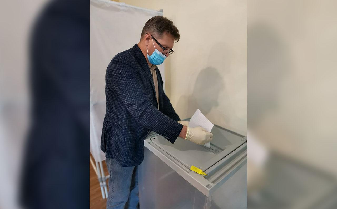 Константин Мигаль своё утро начал с участия в голосовании по вопросу одобрения внесения изменений в Конституцию Российской Федерации.