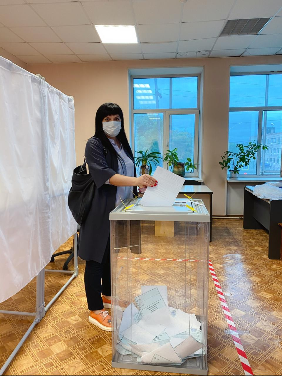 Молодые парламентарии Алексей Писаренко, Мария Марковская, Зарина Фардзинова голосуют за поправки в Основной Закон страны