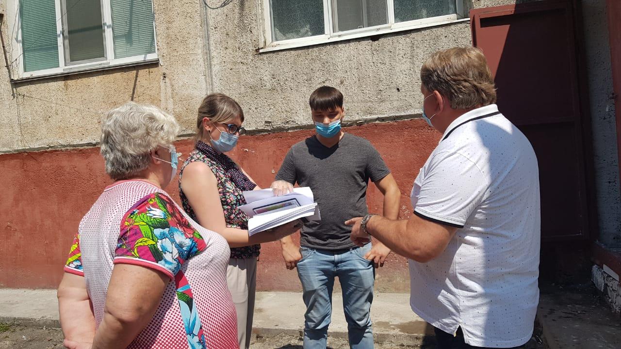 На ул. Фрунзе, 54 сегодня состоялась плановая встреча председателя Думы АГО Анатолия Баделя с представителем УК «Рояр» Олегом Роминым.
