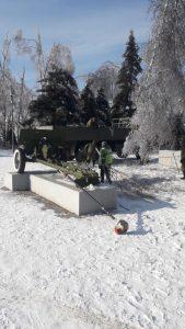 Военнослужащие из В/Ч 43294 помогают очищать город