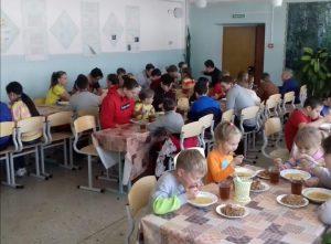 Почти 1000 детей получили горячее питание в Артёме