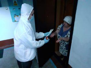 Волонтёры Артемовского городского округа навестили пенсионеров, нуждающихся в помощи в чрезвычайной ситуации.